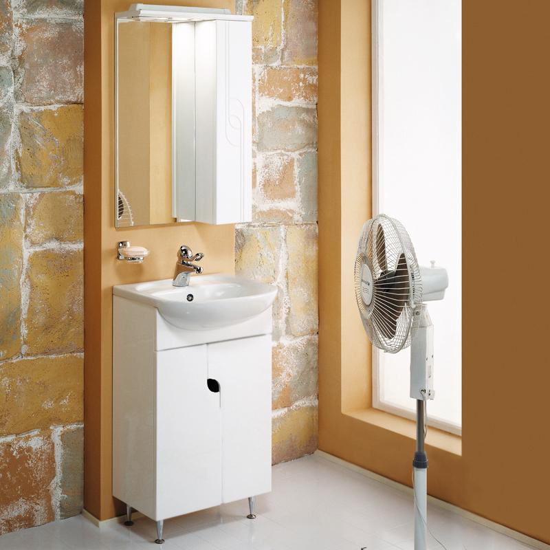 Панда 50 белая глянцеваяМебель для ванной<br>Тумба под раковину Акватон Панда 50 1A053701PD010 на четырех регулируемых по высоте хромированных ножках, с двумя распашными дверцами и одной полкой за ними. Оригинальная форма дверок с фрезеровкой и с отверстием между створками, которое выполняет функцию ручки. Корпус выполнен из ДСП с ламинированным покрытием, обладает повышенной влагостойкостью и сопротивляемостью износу, не выделяет вредных испарений, хорошо выдерживает воздействие бытовых химических средств, за исключением абразивных материалов и едких веществ, и жидкостей. Фасадные детали изготавливаются из МДФ с пятислойной покраской.<br>
