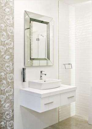Spectum Modena 650x900 ХромМебель для ванной<br>Dubiel Vitrum Spectum  Modena 650x900 серебряное зеркало для ванной комнаты. В зеркальной серебряной раме вдоль всего периметра. В дизайне зеркала воплощены классические и новаторские идеи одновременно, создавая выразительный эффект глубины. Декоративные элементы выполнены из графитного зеркала. Зеркало с креплениями (крюками) для вертикального или горизонтального размещения.<br>