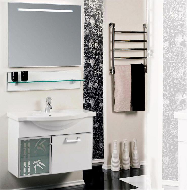 Сайгон 85 белая глянцевая/профиль алюмининийМебель для ванной<br>Подвесная тумба под раковину Акватон Сайгон 85 1A105701SA010 с двумя регулируемыми навесами, с одной распашной дверцей слева и с одним выдвижным ящиком справа. Дверца украшена стеклом с зеркальным рисунком в виде бамбука. Фасады окантованы алюминиевым профилем. Корпус выполнен из ДСП с ламинированным покрытием, обладает повышенной влагостойкостью и сопротивляемостью износу, не выделяет вредных испарений, хорошо выдерживает воздействие бытовых химических средств, за исключением абразивных материалов и едких веществ, и жидкостей. Фасадные детали изготавливаются из МДФ с пятислойной покраской. Цена указана за тумбу. Раковина и все остальное приобретается дополнительно.<br>