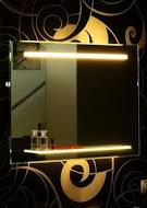Spectum Dora 1000х700 ЦветноеМебель для ванной<br>Dubiel Vitrum Spectum Dora 1000х700 серебряное<br>зеркало для ванной комнаты. С прикреплённой подсвеченной полкой из толстого стекла. В верхней части зеркала - планка горизонтальная декор мороз, подсвеченная с задней стороны  набором люминисцентых ламп.<br>