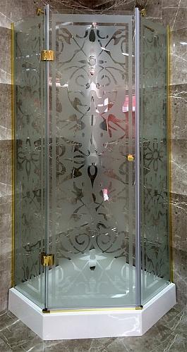 Star 900x900x1900 Профиль золото/стекло с декоромДушевые ограждения<br>Душевой уголок Sturm Star 900x900x1900 5-ти угольный с одной распашной дверью, стекла с декором. Профиль – золото.<br>