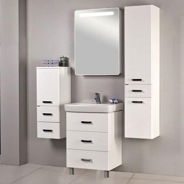 Америна 60 М белая глянцеваяМебель для ванной<br>Тумба под раковину Акватон Америна 60 М 1A168901AM010 с тремя выдвижными ящиками и изящными глянцевыми опорами, что удобно в тех ванных комнатах, где стены недостаточно укреплены и есть сомнение, что они выдержат подвесную мебель. Направляющие нижнего крепежа обеспечивают жесткое и надежное крепление ящиков. Плавный ход ящиков со встроенными доводчиками. Дополнительно организовано нижнее подключение труб водоснабжения и канализации. Корпус выполнен из ДСП с ламинированным покрытием, обладает повышенной влагостойкостью и сопротивляемостью износу, не выделяет вредных испарений, хорошо выдерживает воздействие бытовых химических средств, за исключением абразивных материалов и едких веществ и жидкостей. Фасадные детали изготавливаются из МДФ с пятислойной покраской.<br>