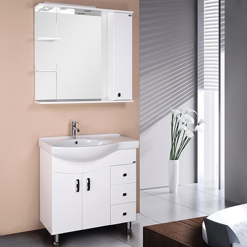 Эльбрус 82 с бельевой корзиной R БелаяМебель для ванной<br>Напольная тумба для ванной комнаты Onika Эльбрус 82 R 108204. Цвет: белый. Отверстие под раковину с левой стороны.<br>Ультрасовременная тумба превосходно дополнит большинство интерьеров ванных комнат. Вместительные ящики и ниши обеспечивают удобное хранение мелочей.<br>Корпус тумбы изготовлен из влагостойкого ЛДСП премиум-качества (Egger). Фасад - из МДФ средней плотности (Kronospan). После двухэтапной шлифовки она покрывается пленкой ПВХ методом вакуумного прессования. Это делает мебель устойчивой к влаге и механическим повреждениям, придает ей эстетичный внешний вид и продлевает срок службы.<br>Одна ниша для хранения за распашной дверкой. Доводчики Boyard.<br>Один большой ящик с бельевой корзиной.<br>Три выдвижных ящика.<br>Металлические ручки и ножки цвета хром (Boyard). Две пластиковые опоры сзади.<br>Монтаж: на ножках.<br>В комплекте поставки: тумба под раковину.<br>