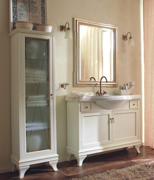 Marriot MPL105BL/PAT Белый с патиной/хромМебель для ванной<br>Тумба под раковину Labor Legno Marriot с двумя распашными фасадами и двумя выдвижными ящичками из массива дерева. Цвет белый с патиной, фурнитура хром.<br>