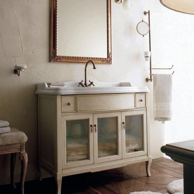 Victoria 105 Белый с патиной/бронзаМебель для ванной<br>Мебель для ванной Labor Legno, тумба Victoria HPL105VPAT с тремя распашными дверцами со стеклом и двумя ящичками, а также с раковиной HCLUX105 с одним отверстием под смеситель 105*56 см. Фасад орех, фурнитура бронза, раковина белый.<br>