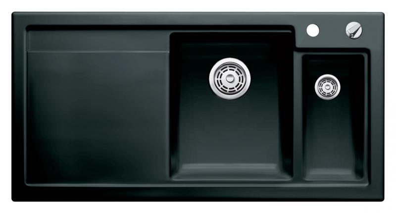 Axon II 6 S 516554 ЧернаяКухонные мойки<br>Кухонная мойка Blanco Axon II 6-S 516554 врезная, прямоугольная, 2 чаши, 1 крыло. Монтаж вровень со столешницей. Чаша большая по центру, маленькая справа. В чашу устанавливается многофункциональный коландер из нержавеющей стали (225681). Глубина чаш 185/140 мм. Для установки в шкаф шириной от 600 мм. Отводная арматура с автоматическим клапаном 3 1/2 для большой чаши, отводная арматура с корзинчатым вентилем 1 1/2 для маленькой чаши. Материал керамика PuraPlus, система PuraPlus против грязи и налета на поверхности мойки, система против царапин на поверхности мойки. Профиль для вертикального хранения разделочной доски.  Доска разделочная скользящая из серебристого, безопасного стекла 227700 в комплекте.<br>