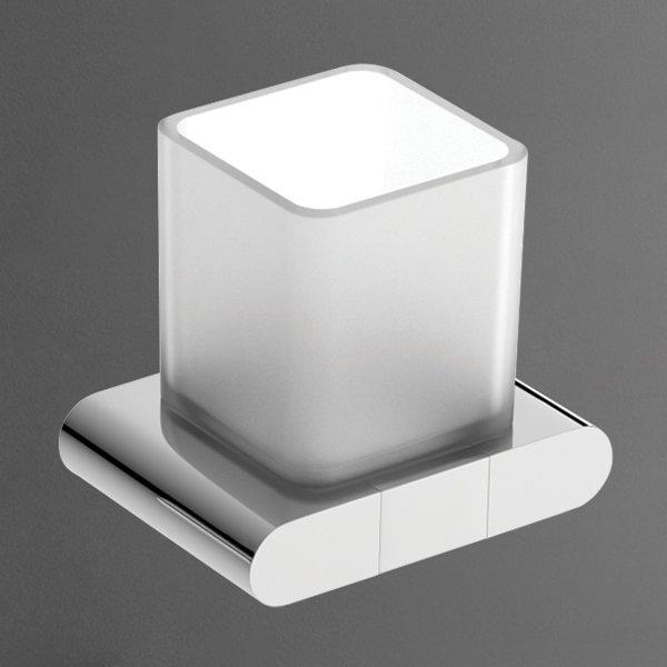 Platino AM-3968AL ХромАксессуары дл ванной<br>Подвесной стакан Platino AM-3968AL из матового стекла повышенной прочности отличаетс лаконичным дизайном в стиле Hi-Tech. Изделие производства итальнского бренда Art&amp;Max комплектуетс держателем-подставкой из высококачественного металлического сплава в исполнении «хром».<br>