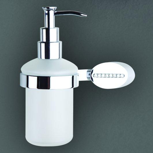 Cristalli AM-4249 ХромАксессуары для ванной<br>Дозатор подвесной Art&amp;Max Cristalli AM-4249. Флакон изделия выполнен из белого матового стекла. Держатель модели, изготовленный из устойчивого к коррозии сплава высокого качества с хромированной поверхностью, декорирован мелкими кристаллами.<br>