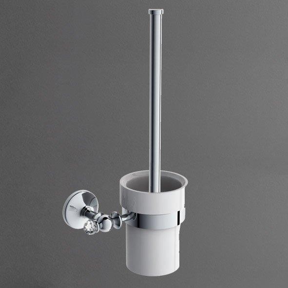 Antic Crystal AM-E-2681SJ ХромАксессуары для ванной<br>Ершик AM-E-2681SJ-Cr, украшенный кристаллом Swarovski, от итальянского бренда Art&amp;Max из коллекции Antic Crystal - оптимальный выбор для классического интерьера. Модель состоит из настенного латунного держателя с хромированным износоустойчивым покрытием, фарфоровой подставки и щетки с удобной ручкой.<br>