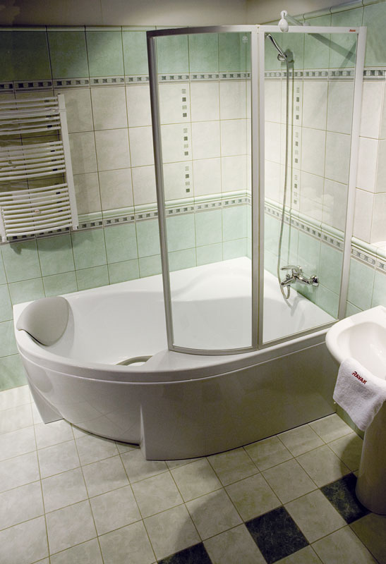 VSK2 ROSA 150 Раин 150 PДушевые ограждения<br>Шторка на ванну Ravak Rosa VSK2 150 R 76P8010041 правосторонняя, двухсекционная, состоящая из неподвижной и поворотной части, поворачивающейся внутрь.<br><br>Витраж: фактура с эффектом дождя (Rain).<br>Цвет профиля: белый.<br>Материал витража: пластик.<br>Материал профиля: алюминий с толстыми стенками.<br>Максимальная герметичность.<br>Широкий и безопасный вход.<br><br>