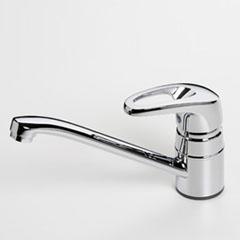 Safira 1030F ХромСмесители<br>Смеситель для кухни Oras Safira 1030F, однорычажный. Поворотный излив, угол поворота 100 градусов (может быть изменен), встроенные опции ограничения температуры и напора воды, расход воды 14,4 л/мин, шаровый картридж. Двухкомпонентная прочная рукоятка обеспечивает удобство использования.<br>