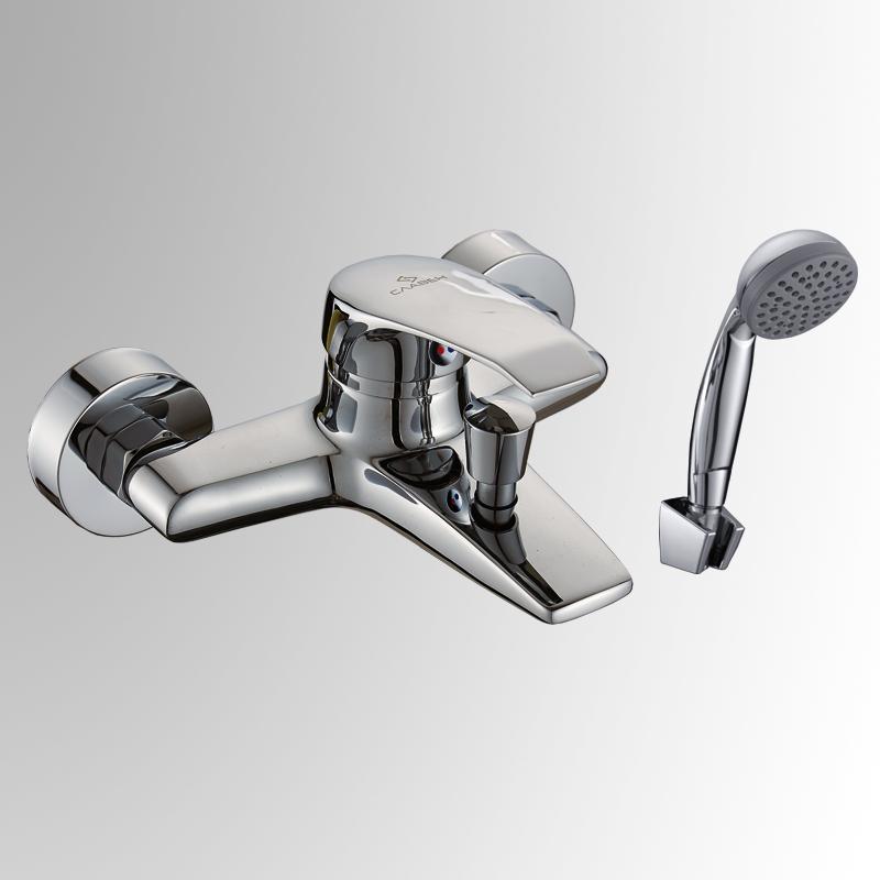 СЛ-ОД-К30 ХромСмесители<br>Смеситель Славен серии город для ванны с коротким литым изливом, переключатель кнопочный, с аксессуарами, хром. Шланг душевой, L=1500 мм. Лейка душевая однофункциональная.  Настенное крепление для душевой лейки.<br>