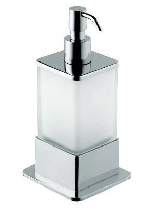 Plaza 140109161 Хром/ПрозрачныйАксессуары для ванной<br>Дозатор для жидкого мыла Bemeta Plaza 140109161 настольный. Материал латунь/стекло. Монтаж настольный. Ширина 7,5 см. Глубина 7,5 см. Высота 17 см. Объем 0,3 л. Цвет держателя хром, цвет дозатора прозрачный. Фактура держателя глянцевая, фактура дозатора матовая.<br>