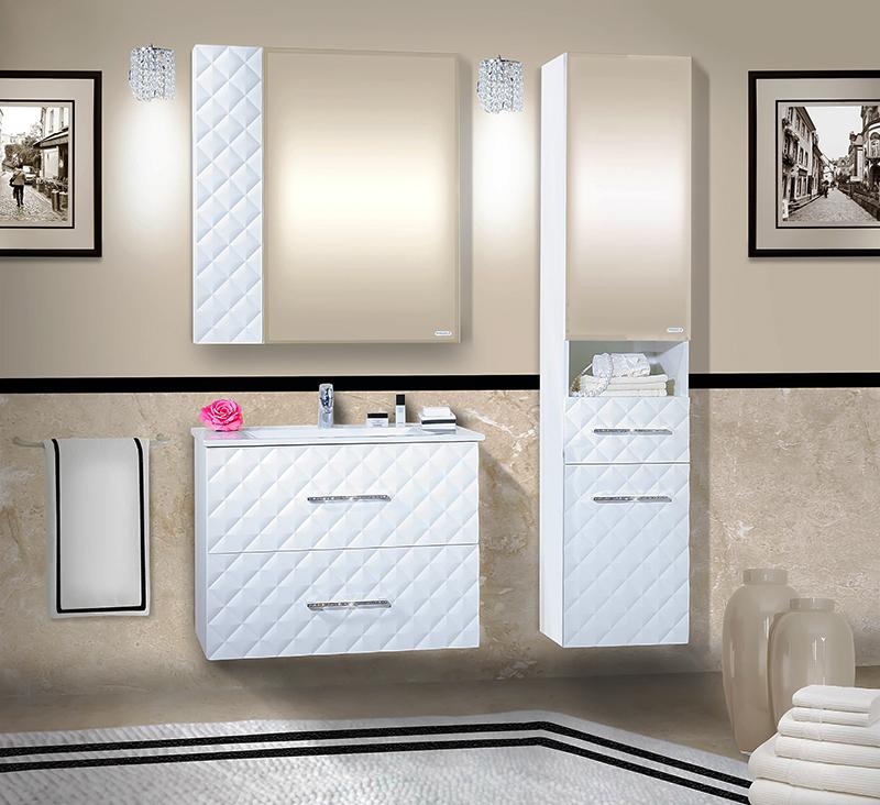 Жаклин 80 белая глянцевая, со стразамиМебель для ванной<br>Подвесная тумба под раковину Бриклаер Жаклин 80 с двумя выдвижными ящиками. Текстура белоснежного фасада в сочетании со стразами на хромированных ручках создают атмосферу французского шика в стиле Шанель. Корпус выполнен из ЛДСП белый глянец, а фасад из МДФ с 3D фрезеровкой алмазными фрезами и с трехслойным покрытием белой глянцевой с перламутром эмалью. Тумба предназначена для использования во влажных помещениях и рассчитана на воздействие с влажным воздухом, но для того, чтобы она служила долго, необходимо исключить прямой залив водой любых её частей, кроме раковины. Цена указана за тумбу. Раковина и все остальное приобретается дополнительно.<br>