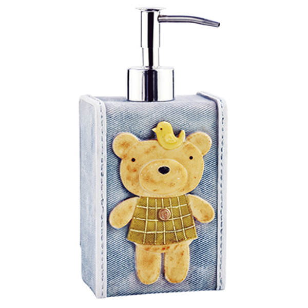 Lossa K-3499 СинийАксессуары для ванной<br>Сине-серый дозатор для жидкого мыла WasserKRAFT Lossa K-3499 украшен симпатичным медвежонком и декоративной прострочкой. Задняя часть дозатора оформлена небольшими пуговками.<br>Высота 18,5 см, длина: 8,5 см, ширина: 6,7 см.<br>Материал: полирезин (полистоун) - прочный и водонепроницаемый минерально-полимерный материал, пригодный для использования в условиях высокой влажности и резких перепадов температур. Дозирующий носик - из сплава металлов.<br>Носик дозатора не подвержен коррозии, имеет мягкий и плавный ход. Дозатор отмеряет 0,7-1 мл моющего средства за одно нажатие.<br>Изделие отшлифовано и окрашено вручную.<br>