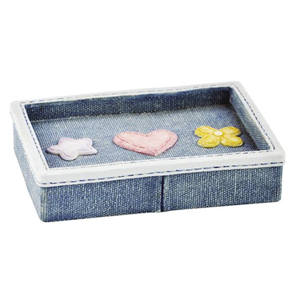 Lossa K-3429 СинийАксессуары для ванной<br>Яркая мыльница Wasser Kraft Lossa K-3429 оформлена под джинсовую ткань, украшена декоративной прострочкой и милыми деталями. Аксессуар этой серии оживит и украсит вашу ванную комнату.<br>Длина: 12,8 см, ширина: 9,4 см, высота: 2,7 см.<br>Материал: полирезин (полистоун) - это  прочный и водонепроницаемый минерально-полимерный материал. Все изделия из него предназначены для использования в условиях высокой влажности и резких перепадов температур.<br>Изделие отшлифовано и окрашено вручную.<br>