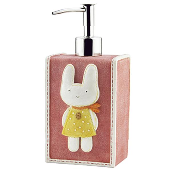 Ammer K-6499 КрасныйАксессуары для ванной<br>Красный дозатор для жидкого мыла Wasser Kraft Ammer K-6499 обязательно понравится семьям с детьми. Дозатор украшен симпатичным зайчонком, задняя часть декорирована пуговицами.<br>Размер: высота: 18,5 см, длина: 8,5 см, ширина: 7,1 см.<br>Материал: полирезин (полистоун) - это прочный и водонепроницаемый минерально-полимерный материал, предназначенный для использования в помещениях с повышенной влажностью и в условиях резких перепадов температур. Носик дозатора выполнен из сплава металлов.<br>Изделие отшлифовано и окрашено вручную.<br>