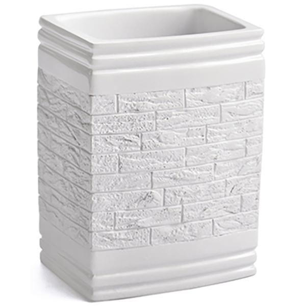 Main K-4728 БелыйАксессуары для ванной<br>Стакан для зубных щеток Wasser Kraft Main K-4728 выполнен в урбанистическом стиле. Фактура, имитирующая кирпичную вкладку, идеально сочетается с глянцевой и гладкой поверхностью. Изделие отлично подойдет тем, кто предпочитает смелые решения в интерьере. <br>Размер: высота: 10,2 см, длина: 7,7 см, ширина: 6,3 см. <br>Материал: полирезин (полистоун) - это высококачественный минерально-полимерный материал, прочный и водонепроницаемый. Изделия из полирезина предназначены для помещений с высокой влажностью и резкими перепадами температур. <br>Изделие отшлифовано и окрашено вручную.<br>