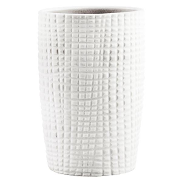 Dinkel K-4628 БелыйАксессуары для ванной<br>Легкость и утонченность стакана для зубных щеток Wasser Kraft Dinkel K-4628 придаст интерьеру вашей ванной комнаты незабываемую изысканность. Изделие выполнено из белоснежного матового фарфора и украшено изящным рисунком.<br>Размеры: длина: 7,4 см, ширина: 6 см, высота: 10,8 см.<br>Материал: фарфор. Это благородная керамика, произведенная путем запекания при высокой температуре; после запекания на поверхность обязательно наносится глазурь. Изделия из фарфора обладают высокой прочностью, водонепроницаемостью, химической и термической стойкостью.<br>