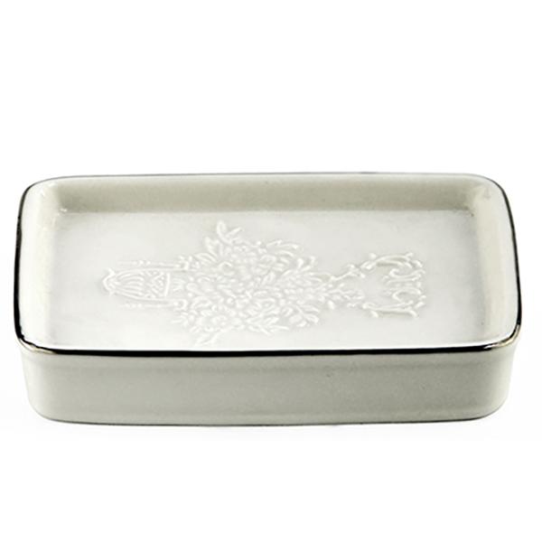 Rossel K-5729 БелыйАксессуары для ванной<br>Белоснежная фарфоровая мыльница Wasser Kraft Rossel K-5729 украшена изящным цветочным узором. Такой аксессуар наполнит вашу ванную комнату свежестью и сиянием.<br>Размеры: длина: 11 см, ширина: 7,7 см, высота: 2 см.<br>Материал: фарфор. Это благородная керамика, произведенная путем запекания при высокой температуре; после запекания на поверхность обязательно наносится глазурь. Изделия из фарфора обладают высокой прочностью, водонепроницаемостью, химической и термической стойкостью.<br>