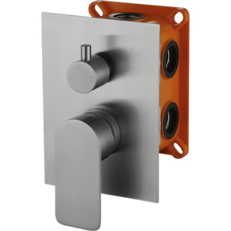Nova NOV-SDMC-IN СатинСмесители<br>Смеситель для ванны BelBagno Nova NOV-SDMC-IN на два потока воды, однорычажный, встраиваемый в одно отверстие.<br>Цвет: сатин.<br>Материал: нержавеющая сталь.<br>Керамический картридж.<br>Переключатель потоков (девиатор).<br>Стандарт подключения: G1/2.<br>Рабочий интервал давления: 0,5-6 Атм.<br><br>В комплекте поставки:<br>внешняя часть смесителя;<br>внутренняя часть смесителя;<br>комплект креплений.<br><br>