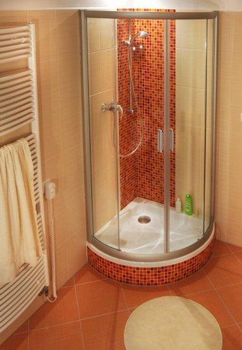 NRKKP4-90 белый+ТpанспаpентДушевые ограждения<br>Даже самые изысканные ванные комнаты часто кажутся очень маленькими.<br>Уголок NRKKP4 устанавливается на экономящих пространство поддонах Modus и Radius.<br>AntiCalc, такая обработка поверхности стекла создает невидимый защитный слой, отталкивающий воду. Уход за стеклом становится намного проще.<br>