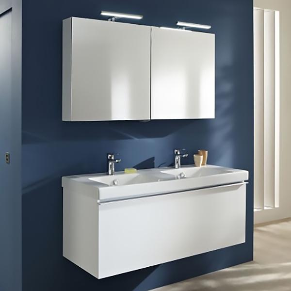 Odeon Up 120 подвесная 1 ящик БелаяМебель для ванной<br>Подвесная тумба под раковину Jacob Delafon Odeon Up 120 EB895-N18 с одним выдвижным ящиком.<br>Универсальный дизайн тумбы дополнит интерьер большинства ванных комнат в современном стиле. Простые и изящные линии, функциональность и удобство модели придутся по душе всей семье.<br>Изготовлена из МДФ/ЛДСП и покрыта глянцевым полиуретановым лаком высокого качества. Дополнительное покрытие: меламин - декоративная пленка, защищающая мебель от воды и механических повреждений. Материалы устойчивы к выцветанию и предназначены для использования в помещениях с повышенной влажностью.<br>Выдвижной ящик со встроенными доводчиками. Внутри место для хранения, отделение для флаконов и корзина для белья.<br>Мягкий и плавный ход ящика с функцией Soft Close. Ручки с покрытием цвета хром.<br>Цвет: белый.<br>Монтаж: подвесной.<br>В комплекте поставки: тумба под раковину.<br>