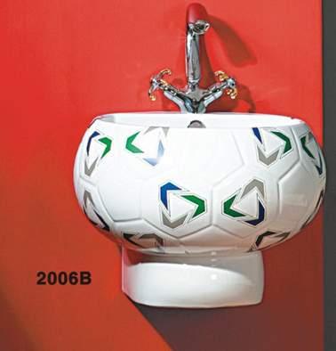 2006B ПодвеснаяРаковины<br>Подвесная круглая раковина Laguraty 2006B, с переливным отверстием. Раковина стилизована под футбольный мяч. Цвет белый. В комплект входит пьедестал белого цвета. Украшена узором.<br>