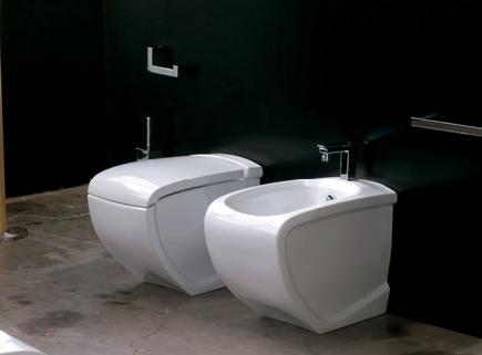 Hi-Line HI 10 Белый/ЗолотоУнитазы<br>Hidra Ceramica Hi-Line HI 10. Напольный унитаз. Цвет белый с выделением частей унитаза золотым цветом. Комплект креплений включен в стоимость, крышка-сиденье приобретается отдельно.<br>