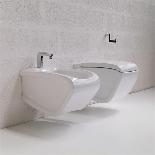 Hi-Line HIW 14 Белое/СереброБиде<br>Hidra Ceramica Hi-Line HIW 14. Биде подвесное с одним отверстием под смеситель, цвет белый с выделением частей унитаза серебряным цветом. Комплект креплений включен в стоимость, сифон приобретается отдельно.<br>