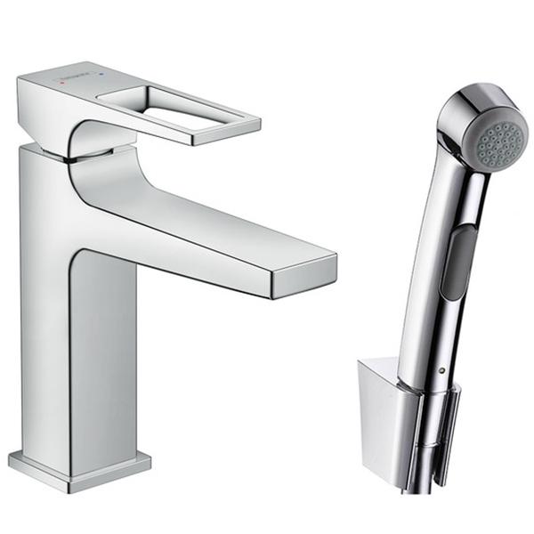 Metropol 74522000 ХромСмесители<br>Смеситель для раковины Hansgrohe Metropol 74522000 с гигиеническим душем и донным клапаном.<br>Функциональная модель с гладкими линиями и четкими углами. Дополнит большинство ванных комнат в современном или минималистичном стиле.<br>Смеситель изготовлен из качественной латуни с гладким покрытием цвета хром.<br>Экономия воды с технологиями Air Power и EcoSmart. Они смешивают воду с воздухом, делая капли объемнее и легче, и уменьшают расход воды на 60% без снижения мощности напора.<br>Система защиты от известковых отложений QuickClean значительно облегчает уборку: весь налет убирается одним движением.<br>Гигиенический душ с настенным держателем и шлангом длиной 1,6 м.<br>Донный клапан Push-Open: управление с помощью пробки.<br>Совместим с проточными водонагревателями.<br>Расход воды: 5 л/мин.<br>В комплекте поставки: смеситель, гигиенический душ, держатель душевой лейки, душевой шланг, гибкая подводка G3/8.<br>