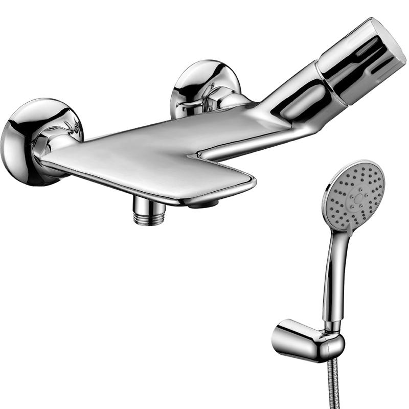 Wing LM5302C ХромСмесители<br>Смеситель для ванны и душа Lemark Wing LM5302C.<br>Строгие линии и мягкие переходы гармонично переплетаются в необычном дизайне этой модели. Превосходно дополнит интерьер ванной комнаты в современном стиле.<br>Изготовлен из качественной латуни с глянцевым покрытием цвета хром.<br>Керамический картридж Sedal 35 мм.<br>Аэратор Neoperl-Cascade.<br>Трехфункциональный ручной душ. Диаметр душевого диска: 10 см.<br>Дивертор с ручной фиксацией.<br>Гибкий шланг длиной 1,5 м.<br>Поворотный держатель для ручного душа.<br>Монтаж: на стену.<br>Стандарт подключения: G 1/2.<br>В комплекте поставки: смеситель.<br>