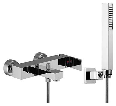 Brick F3504CR ХромСмесители<br>Смеситель внешнего монтажа Fima Carlo Frattini Brick F3504CR на ванну с душевым комплектом. Оснащен: автоматическим переключателем, хромированный гибкий шланг 1500 мм,  ручной душ с защитой от извести анти-кальк,  настенный держатель, 2 подвода воды 1/2 с эксцентриком.<br>