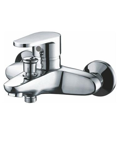 Brass BR1810 ХромСмесители<br>Edelform Brass BR1810 смеситель для ванны однорычажный. В комплекте: эксцентрики, отражатели, армированный гибкий шланг 150 см, душевая лейка, поворотный держатель лейки, крепёж.<br>