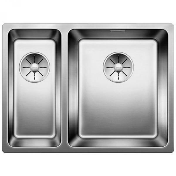 Andano 340/180-IF чаша справа Полированная стальКухонные мойки<br>Мойка для кухни Blanco Andano 340/180-IF 522973. Цвет: Полированная сталь.<br>Современная вместительная кухонная мойка коллекции Andano с двумя чашами изготавливается с плоским кантом, который обеспечивает легкий уход. Она превосходно сочетается с любым интерьером кухни.<br>Мойка выполнена из высококачественной нержавеющей стали, что позволяет ей противостоять образованию коррозии, высоким температурам и кислотам, стойкая к образованию пятен и выцветанию. Зеркальная полированная поверхность выглядит эстетично и притягивает взгляд своим блеском.<br>Функциональная отводная арматура InFino с корзинчатым вентилем диаметром 3,5 дюйма для каждой чаши.<br>Высококачественный гигиеничный перелив C-overflow в каждой чаше.<br>Монтаж: врезной (сверху) или в один уровень со столешницей.<br>Для установки в шкаф шириной от 60 см.<br>Размер основной чаши (ШхГ): 34 х 19 см.<br>Размер дополнительной чаши (ШхГ): 18 х 13 см.<br>Основная чаша - справа, дополнительная - слева.<br>Размер монтажного отверстия (ШxД): 37 x 43 см.<br>В комплекте поставки: мойка, отводная арматура, корзинчатый вентиль, набор крепежа.<br>