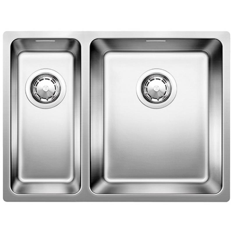 Andano 340/180-U R Полированная стальКухонные мойки<br>Мойка для кухни Blanco Andano 340/180-U 522977. Цвет: Полированная сталь.<br>Современная кухонная мойка коллекции Andano с вместительной основной чашей и компактной дополнительной чашей позволит оптимизировать использование рабочей зоны, а благодаря плоскому канту обеспечивается легкий уход и простая установка под столешницу. Превосходно сочетается с любым интерьером кухни.<br>Мойка выполнена из высококачественной нержавеющей стали, что позволяет ей противостоять образованию коррозии, высоким температурам и кислотам, стойкая к образованию пятен и выцветанию. Зеркальная полированная поверхность выглядит эстетично и притягивает взгляд своим блеском.<br>Функциональная отводная арматура InFino с корзинчатым вентилем диаметром 3,5 дюйма.<br>Высококачественный скрытый гигиеничный перелив C-overflow.<br>Монтаж: встраивается под столешницу.<br>Для установки в шкаф шириной от 60 см.<br>Размер основной чаши (ШхГ): 34 х 19 см.<br>Размер дополнительной чаши (ШхГ): 18 х 13 см.<br>Размер монтажного отверстия (ШxД): 54,5 x 40 см.<br>Основная чаша справа, дополнительная слева.<br>В комплекте поставки: мойка, отводная арматура, 2 корзинчатых вентиля, набор крепежа.<br>