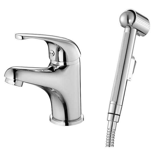 Davis DAVSB00M08 с гигиеническим душем ХромСмесители<br>Смеситель для раковины Milardo Davis DAVSB00M08 с гигиеническим душем.<br>Лаконичный и универсальный дизайн модели дополнит большинство современных ванных комнат.<br>Смеситель изготовлен из высококачественной латуни, соответствующей ГОСТ 17711-93. Многослойное хромоникелевое покрытие устойчиво к истиранию и потускнению, долго сохраняет первоначальный цвет и зеркальный блеск. Увеличенная толщина стенок смесителя обеспечивает дополнительную прочность и снижает уровень шума.<br>Съемный пластиковый аэратор с защитой от известковых отложений. <br>Насыщенный и мягкий поток воды без брызг.<br>Однорычажное управление: плавный ход ручки смесителя, точная установка напора и температуры воды.<br>Керамический картридж 35 мм.<br>Гибкая подводка из безопасного и нетоксичного каучука (EPDM) в оплетке из нержавеющей стали.<br>Расход воды: 14 л/мин при давлении 3 Бар.<br>Стандарт подключения: G1/2.<br>Гигиенический душ:<br>Лейка гигиенического душа с настенным держателем.<br>Шланг длиной 1,5 м. Изготовлен из ПВХ, оплетка из нержавеющей стали.<br>В комплекте поставки: смеситель, гигиенический душ с держателем и шлангом, набор креплений.<br>