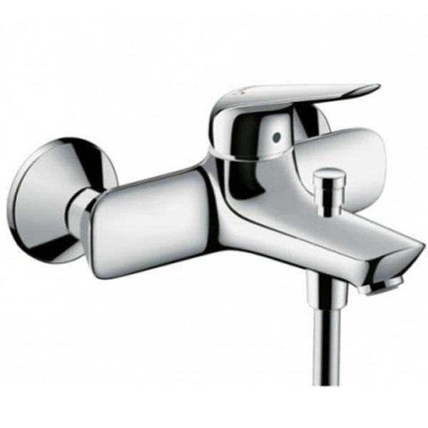 Novus 71040000 ХромСмесители<br>Смеситель для ванны Hansgrohe Novus 71040000.<br>Однорычажный смеситель с аэратором с монтажом на стену. Имеет долгий срок эксплуатации за счет качественных деталей, неприхотлив в уходе. Дополнит любую ванную комнату в современном стиле плавными линиями и изящной формой конструкции.<br><br>Характеристики:<br>Изготовлен из высококачественной латуни с гладким хромированным покрытием, которое не теряет цвет со временем, устойчиво к царапинам и превосходно защищает от коррозии.<br>Керамический картридж с регулятором расхода воды итемпературы.<br>Расход воды у ручного душа при давлении 3 бар: 16 л / мин.<br>Переключатель вакуумного типа.<br>Клапан обратного тока воды.<br>Аэратор с функцией QuickClean - быстрая очистка.<br>Подходит для проточных водонагревателей.<br>Жесткая подводка G 1/2.<br><br>В комплекте поставки: смеситель.<br>