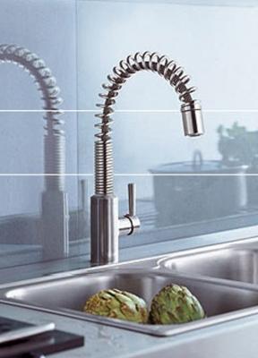 Steel 38855F660 СтальСмесители<br>Смеситель для кухни Kludi Steel 38855F660 однорычажный. В комплект входят: керамический картридж с ограничителем горячей воды, выдвижной поворотный излив (360°), каскадный аэратор Cache, гибкая подводка G 3/8, защита от обратного тока воды. Покрытие сталь.<br>