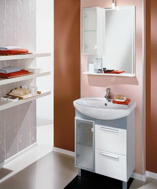 Альтаир 65 бело-алюминиеваяМебель для ванной<br>Тумба под раковину Акватон Альтаир 65 1A100101ARG1L на двух ножках. Матовое стекло, серебристый цвет боковых стенок и алюминиевые профили придают тумбе легкость и стильность. Корпус выполнен из ДСП с ламинированным покрытием, обладает повышенной влагостойкостью и сопротивляемостью износу, не выделяет вредных испарений, хорошо выдерживает воздействие бытовых химических средств, за исключением абразивных материалов и едких веществ, и жидкостей. Фасадные детали изготавливаются из МДФ с пятислойной покраской. Цена указана за тумбу. Раковина и все остальное приобретается дополнительно.<br>