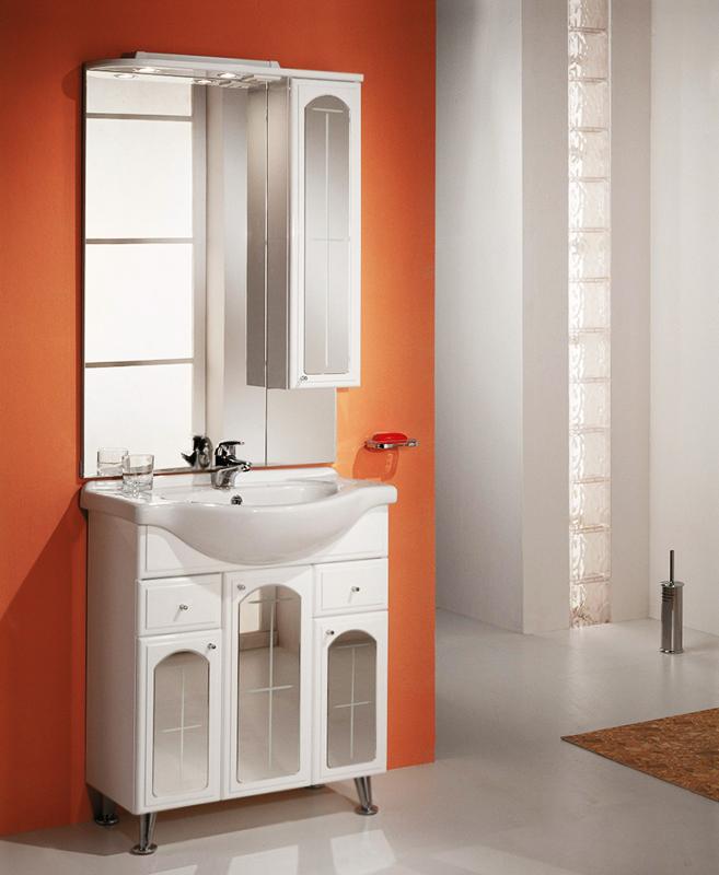 Эмилья 75 Белая/витраж зеркальныйМебель для ванной<br>Тумба под раковину Акватон Эмилья 75 1A056801EJ010 на четырех хромированных ножках, с тремя распашными дверцами и с тремя полками за ними, с двумя выдвижными ящиками. Зеркала, установленные на дверцах, визуально увеличивают пространство ванной комнаты. Корпус выполнен из ДСП, обладает повышенной влагостойкостью и сопротивляемостью износу, не выделяет вредных испарений, хорошо выдерживает воздействие бытовых химических средств, за исключением абразивных материалов и едких веществ, и жидкостей. Фасадные детали изготавливаются из МДФ с пятислойной покраской.<br>