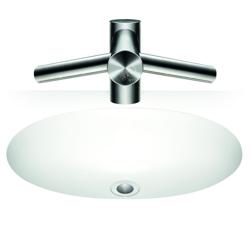 AB 09 Tap Short ХромСмесители<br>Смеситель для рук Dyson Airblade Tap AB09 Short  с встроенной сушилкой для рук. Способ монтажа: на раковину. Смеситель Airblade Tap использует предварительно смешанную воду. Для общественных туалетов и других помещений. Цвет хром.  <br>Фильтр класса НЕРА H13 улавливает 99,9% бактерий из воздуха туалетной комнаты. Расход воды: 1,9 или 4 л/мин, в зависимости от аэратора. Класс пылевлагозащиты: IP35. Автоматическое отключение при непрерывной работе: через 30 секунд. Бесконтактная активация при помощи инфракрасных датчиков.<br>